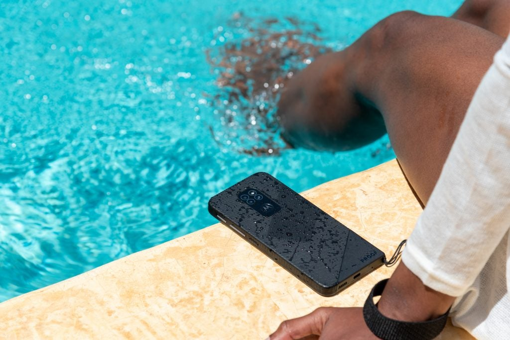 Motorola DEFY แกร่งทนกระแทก 1.8 เมตร